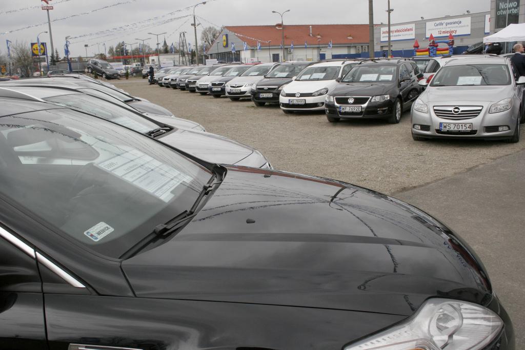 Plac pełen używanych samochodów oczekujących na kupca.