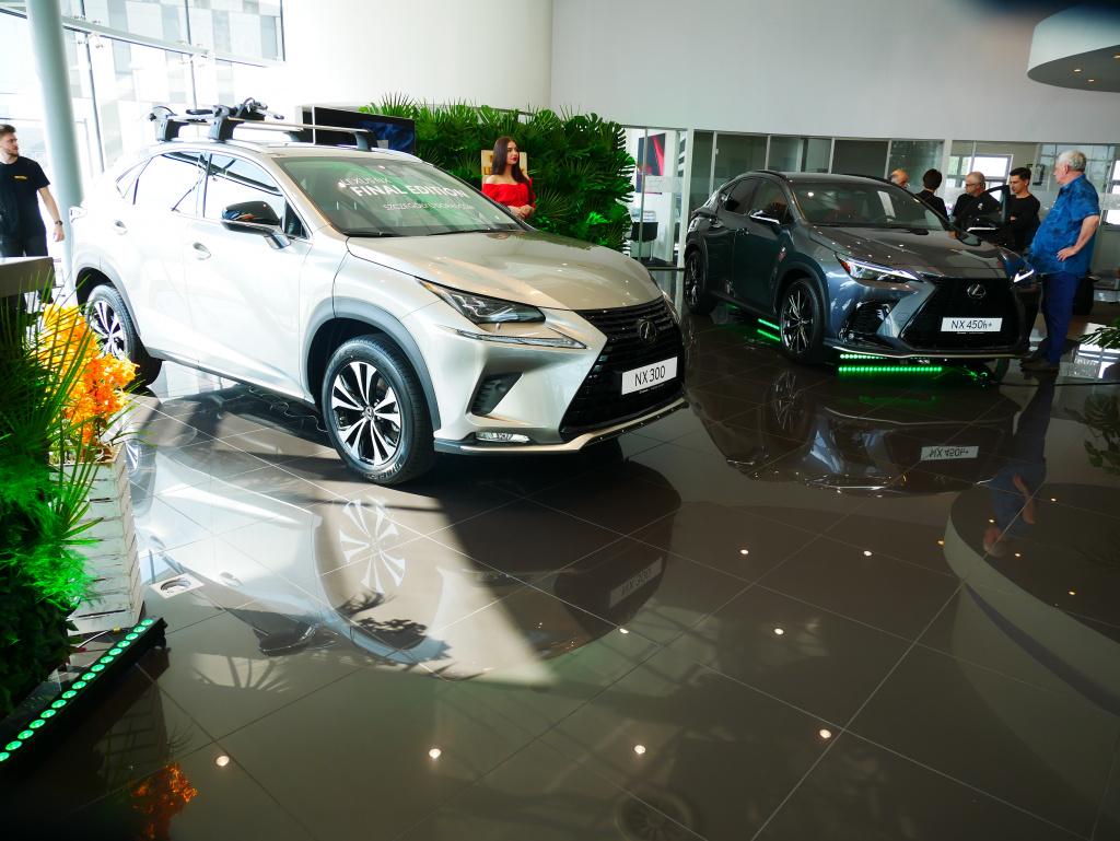 Lexusy: po lewej I, a po prawej II generacja NX