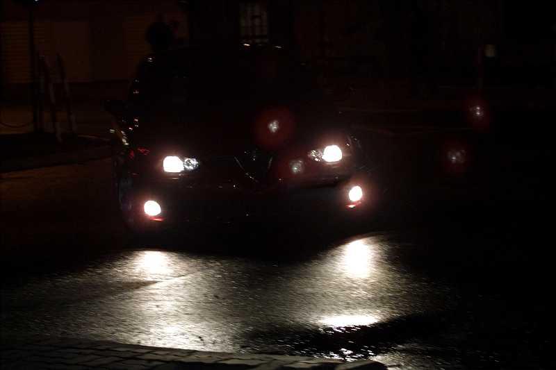 Światła samochodu w nocy